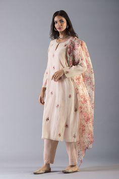 J Lindeberg Womens Golf Clothing Referral: 3184165460 Simple Pakistani Dresses, Pakistani Dress Design, Indian Dresses, Indian Outfits, Salwar Designs, Kurta Designs Women, Kurti Designs Party Wear, Casual Indian Fashion, Ethnic Fashion