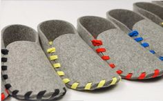 COOL TUTORIAL : Lasso Wool Felt House Shoes - zapatillas de fieltro (in Spanish). Sewn with shoe laces. Felt Diy, Felt Crafts, Kids Crafts, Sewing Hacks, Sewing Projects, Sewing Crafts, Felt House, Diy Vetement, Felted Slippers