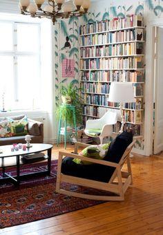Rug, amazing bookshelf+wallpaper