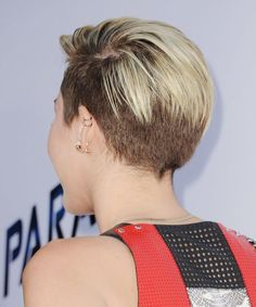Miley's deep part also covered some of her shaved hair in the back. Description…