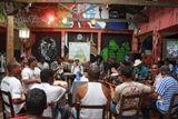 """O Candeeiro do Samba é realizado todo o primeiro sábado do mês, a partir das 14h às 17h30min, em um encontro que reúne sambistas e outros apreciadores do samba de raiz. Tem como Proposta divulgar as composições da velha guarda e difundir suas raízes culturais para as novas gerações. Durante a programação, compositores apresentam ao...<br /><a class=""""more-link"""" href=""""https://catracalivre.com.br/geral/agenda/barato/candeeiro-do-samba-3/"""">Continue lendo »</a>"""