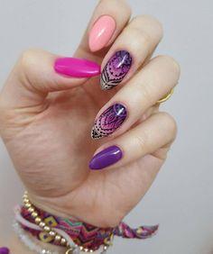 Piękna stylizacja @goszisuchoszimalgoszi, która powstała z połączenia kolorków 023, 102, 121 oraz 129, całość dopełnia ręczne zdobienie paint gelem ❤️ Zachęcamy do publikowania na insta swoich pazurków z hashtagami  #semilac #semigirls  co jakiś czas wybieramy ciekawe stylizacje i pokazujemy je na naszym profilu  snapchat: semilac   #semilac #semigirls #nails #nailfie #nailsofinstagram #nailart #manicure #violet #pink #rubycharm #colours #collection #snapchat