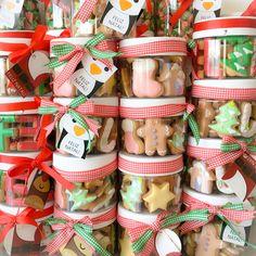 Lembrancinhas de Natal: tutoriais e 80 ideias incríveis para presentear Christmas Cookies Packaging, Christmas Cookies Gift, Christmas Hamper, Cheap Christmas Gifts, Cookie Packaging, Homemade Christmas Gifts, Christmas Desserts, Christmas Treats, Christmas Baking
