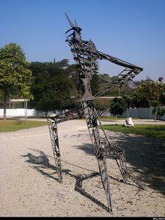 Escultura    Escultura em frente à Oca, no Parque do Ibirapuera.    Gostei da luz projetando a sombra da escultura no chão. :)