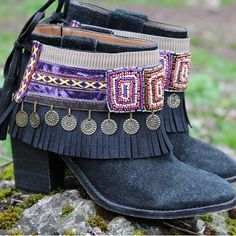 Dress up your boots with these one of a kind ethnic handmade boot covers! Perfect match for black boots. Gypsy Boots, Hippie Boots, Boho Boots, Cowgirl Boots, Botas Boho, Look Boho Chic, Bohemian Style, Boho Fashion, Fashion Shoes