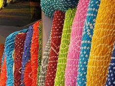 Delhi has a varied culture and history. The market places get bustling during festivals season. Delhi Shopping, Cotton Saree Designs, Bandhani Saree, Bridal Silk Saree, States Of India, Tourist Places, Rajasthan India, Tourism, Geography