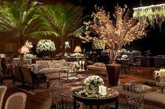 Este casamento judaico aconteceu no Hotel Unique, combinando a arquitetura contemporânea do espaço com uma decoração clássica, assinada pela Cenográphia. O