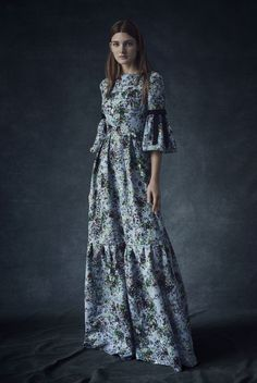 ERDEM design team and its creative director Erdem Moralioglu celebrate the summer blook with the beautifully designer Pre-Fall 2016 collection. Floral patterns are a signature of Erdem designs, the pre-fall designs are a beautiful continuation Modest Fashion, Boho Fashion, High Fashion, Fashion Show, Fashion Design, Fall Fashion 2016, Runway Fashion, Autumn Fashion, Vogue Vintage