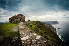 Acantilados de Vixía Herbeira, Cariño, A Coruña, Galiza. 620m sobre el mar. La garita se construyó en en siglo XVII para vigilar la llegada de piratas.