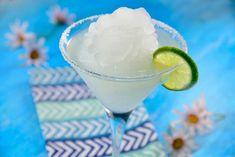 Te presentamos un cóctel muy mexicano, es la clásica margarita frappé. Es una bebida muy sencilla de preparar, y que a tus invitados les fascinará. Te recomendamos prepararla enfrente de tus amigos, para que vean lo buena que eres mezclando la bebida Margarita Alcohol, Skinny Margarita, Margarita Recipes, Summer Mixed Drinks, Winter Drinks, Summer Cocktails, Fun Drinks, Yummy Drinks, Alcoholic Drinks
