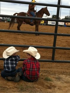 rodeo kids - one kid is telling the other what the cowboy on the horse is doing wrong! Cute N Country, Country Babies, Little Cowboy, Cowboy Cowboy, Cowboy Baby, Camo Baby, Rodeo Life, Country Lifestyle, Bull Riding