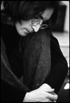 John Lennon Escuchando el álbum blanco, Londres por Ethan Russell en subastas artnet