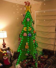 É a criatividade e não o dinheiro que garante a beleza natalina. Trouxemos algumas dicas e imagens para você se inspirar e ter uma árvore de Natal de formas inusitadas. Seja ela com folhas, barbante, almofadas, páginas de livro, balões ou até mesmo canos de PVC, pelo menos uma vai conquistar seu coração e um espaço especial na sua casa!