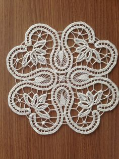 This Pin was discovered by Ayş Hand Embroidery Flowers, Lace Embroidery, Hand Embroidery Designs, Embroidery Stitches, Crochet Stitches Patterns, Lace Patterns, Needle Lace, Bobbin Lace, Crochet Doilies