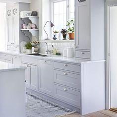 Romantiskt lantligt. Köket heter Marbodal plus. Bänkskiva i Carraramarmor, knoppar och handtag, allt köpt genom Marbodal. Kakel, Centro. Kran, Mora armatur. Diskho, Nordic tech. Matta, Moas veranda.