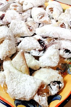 Jam and walnuts rugelach (cornulete cu gem) are perfect cookies all year around for holidays or potlucks. Easy to make, easy to serve and delicious. Easy Pie Recipes, Best Dessert Recipes, Fun Desserts, Savoury Dishes, Tasty Dishes, Rugelach Cookies, Romanian Food, Romanian Recipes, Fruit Cobbler