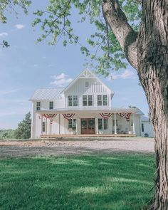 We're getting our place ready for Memorial Day weekend and I can't wait until our build is finished and we can hang bunting like Katie from… Modern Farmhouse Exterior, White Farmhouse, Vintage Farmhouse, Farmhouse Style, Farmhouse Renovation, Future House, My House, Farm House, House Goals