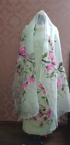 Best Trendy Outfits Part 21 Saree Painting, Dress Painting, Fabric Painting, Hand Painted Sarees, Hand Painted Fabric, Patiala, Salwar Kameez, Saree Floral, Fabric Paint Designs