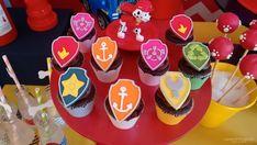 Cupcakes decorados com símbolos do desenho Patrulha Canina. Cupcakes Decorados, 4th Birthday, Two Year Anniversary, Kids Part, Do It Yourself, Doggies, Fourth Birthday, 4th Anniversary