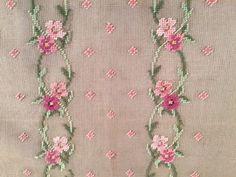 Un lienzo de encaje de aguja muy preworked - ramilletes rosados con detalles en verdes Mide aproximadamente 22 pulgadas por 18 pulgadas Hay algunas manchas tenues, pero de lo contrario la lona está en excelentes condiciones. Sin agujeros