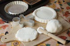 La pasta modellabile di bicarbonato Bimby e maizena è atossica e, se vuoi, profumata. Puoi farci oggetti in pasta di bicarbonato perché secca all'aria.