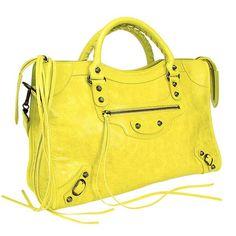 Si eres atrevida, complementa tu outfit con una #bolsa #colorida, estarás a juego con la primavera y el calor.