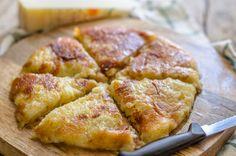 Il frico è la ricetta tradizionale della Carnia, si realizza con patate, cipolle, burro e formaggio Montasio; servitela con un piatto di polenta calda.