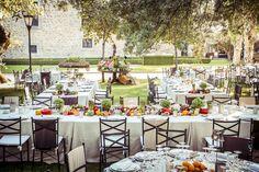 Boda en el jardín con mesas imperiales decorada con frutas y hortalizas.