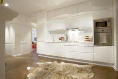 Kök i vitt (lägg till sockel till h om spis)