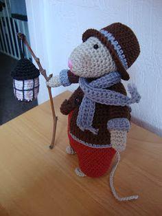 Vandaag mijn 6e muis afgemaakt, het wordt hier in huis een echte muizenplaag, muizenvalletjes geplaatst, maar niets helpt, dus ik ga maar st... Crochet Mouse, Knit Crochet, Crochet Hats, Felt Mouse, Mini Mouse, Crochet Christmas Trees, Mittens Pattern, Animal 2, Crochet Animals