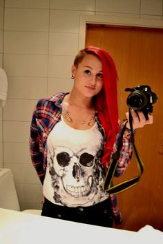 Red longhair with sidecut and chesttattoo.