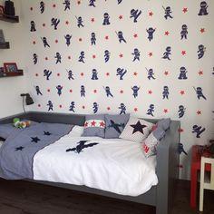 Kinderkamer jongenskamer behang voor jongens ninja Ninjago ninjabehang sterren dekbed van little tulip bed van woood woood grijs, stoere jongens slaapkamer jongen