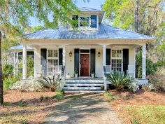 Take a peek at this little cottage in Bluffton, S.C..  It recently sold (insert sad face here) but is worth taking a look at since it's just so beautiful!  It's larger than the usual co…