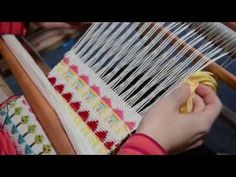How to weave little houses on a rigid heddle loom. PATTERN SEQUENCE - Row (u), (d), repeat from* Row Same as row 1 Row repeat from * Row Tablet Weaving, Weaving Art, Weaving Patterns, Tapestry Weaving, Loom Weaving, Hand Weaving, Cricket Loom, Braided Rag Rugs, Loom Love