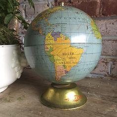Rare boite à biscuits de marque PAREIN en forme de globe terrestre. En tôle peinte, socle doré avec l'inscription de la marque PAREIN. En bon état. World Globes, Map Globe, Modern Traditional, Cartography, Compass, Vintage Antiques, Maps, Biscuits, Around The Worlds