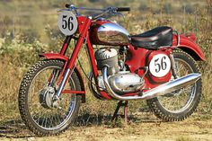 Durchdachte Änderungen machten aus den 250er- und 350er-Serien-Jawas potente Renner. Antique Motorcycles, Custom Motorcycles, Custom Bikes, Cars And Motorcycles, Dirt Bike Girl, Motorcycle Style, Motorcycle Gear, Mv Agusta, Ducati