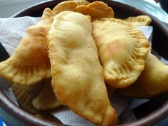 An empanada is a small, stuffed pastry that is either baked (al horno) or fried (frito). The name comes from the verb empanar, meaning to wrap or coat in bread. Empanadas derive their origins fro… Cheese Empanadas Recipe, Beef Empanadas, Queso Cheese, Cheese Fries, Fried Cheese, Chilean Recipes, Chilean Food, Queso Mozzarella, Latin Food