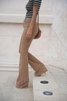 54 Flare Pants To Update You Wardrobe This Winter Pants - Outfit Trends Corduroy Pants Women, Pants For Women, Clothes For Women, Skirt Outfits, Fall Outfits, Khaki Pants Outfit, Fashion Vestidos, All Jeans, Elegant Outfit