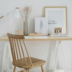 Escritorio en blanco y madera.