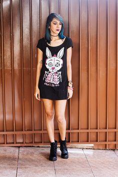 Look do dia com vestido da marca Dead Like Me, botas da Bottero, cabelo azul e batom Roxo Star da Color Trend da Avon postado no blog Relíquias da Lara.