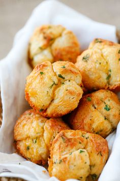 Easy Cheesy Pull-Apart Rolls - 10 minutes pull-apart rolls recipe that is loaded…