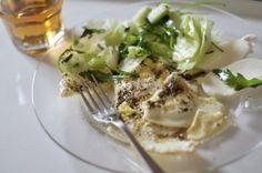 завтрак1 обжаренные с обеих сторон 2 яйца (конечно, с итальянскими травами) с моцареллой и салатом из айсберга, рукколы, стеблей сельдерея и красного базилика с кунжутом, соком лайма и оливковым маслом + зелёный чай тянь что-то там