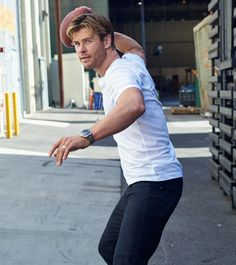 Great collection of Chris Hemsworth photos. Chris Hemsworth Thor, Snowwhite And The Huntsman, Hemsworth Brothers, Boys Like, Hot Actors, Hollywood Actor, Hollywood Stars, People Magazine, Brand Ambassador
