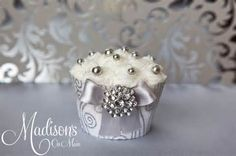 Like the idea of the decorative cupcake holders w maybe a diff color ...