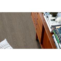 Pergo Classic Plank Ek Taupe Mansion - Premium - Vinylgolv  Mullvadsgrå Mansion ek ger rummet en exklusiv känsla av ekträ och matchar perfekt alla typer av moderna inredningar i mörka färger, eller ljusa färger för att skapa kontrast.