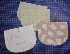 TresP craft blog: TUTORIAL CHUPETERO Y BOLSITO PARA CHUPETES Pot Holders, Pouch, Sewing, Blog, Handmade Baby Clothes, Pacifiers, Tutorials, Patrones, Costura
