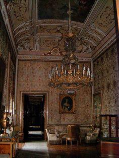 El interior del palacio destaca por su riqueza artística, tanto en lo que se refiere al uso de toda clase de materiales nobles en su construcción como a la decoración de sus salones con obras de arte de todo tipo, como pinturas de artistas de la importancia de Caravaggio, Velázquez, Francisco de Goya y frescos de Corrado Giaquinto, Giovanni Battista Tiepolo o Anton Raphael Mengs.