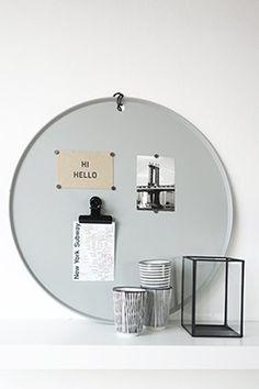 Op zoek naar een rond groot magneetbord? Memobord 'Marie' in lichtgrijs heeft een diameter van 60cm en wordt compleet met set van 10 magneetjes geleverd. Mag...