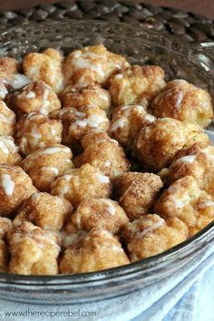LIKED - Cinnamon Roll Bites - homemade biscuit dough makes these super easy (you can even use store bought), and you can make ahead and refrigerate until ready to bake! Requires more baking time than noted. Brunch Recipes, Breakfast Recipes, Dessert Recipes, Breakfast Bites, Breakfast Dessert, Morning Breakfast, Think Food, I Love Food, The Recipe Rebel