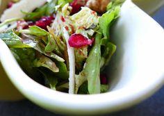Salata me rodi / Salat med granateple - Ruccola Salat Rezepte Comfort Food, Spinach, Cabbage, Parmesan, Vegetables, Lettuce Recipes, Food Items, Essen, Pool Chairs
